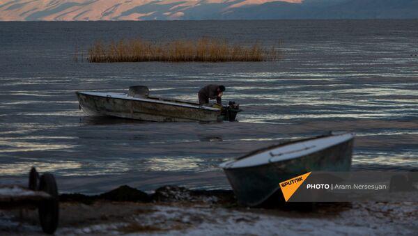 Рыбак на озере Севан, Гегаркуник - Sputnik Արմենիա