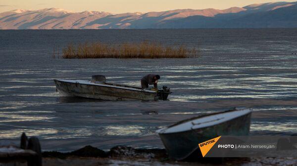 Рыбак на озере Севан, Гегаркуник - Sputnik Армения