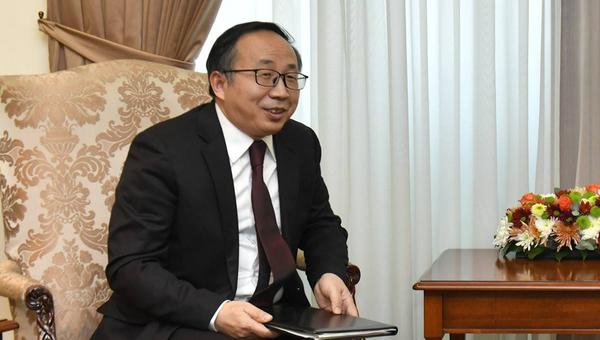 Новоназначенный посол Китая Фан Юнь вручил копии верительных грамот министру иностранных дел Армении Ара Айвазяну (19 ноября 2020). Еревaн - Sputnik Армения
