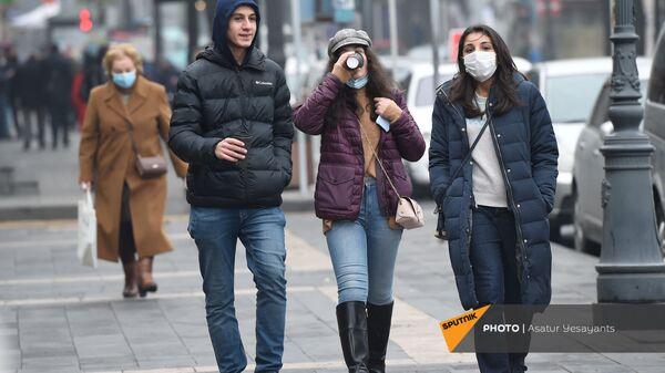 Прохожие идут по улице осенней столицы (30 ноября 2020). Еревaн - Sputnik Армения