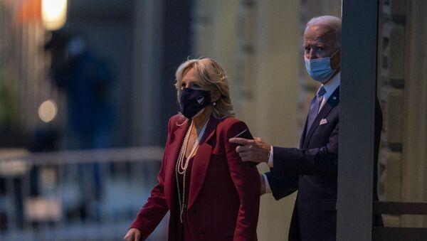 Избранный президент США Джо Байден и его жена Джилл Байден покидают театр The Queen (24 ноября 2020). Уилмингтон, Делавэр - Sputnik Армения