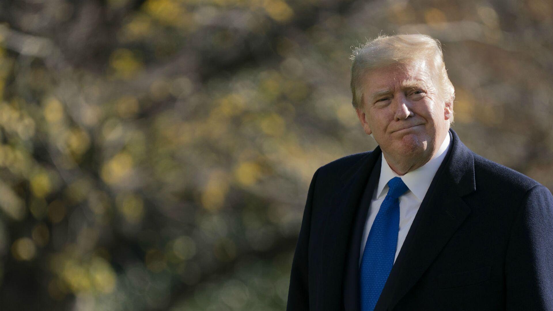 Президент США Дональд Трамп гуляет по южной лужайке Белого дома (29 ноября 2020). Вашингтон - Sputnik Армения, 1920, 12.10.2021
