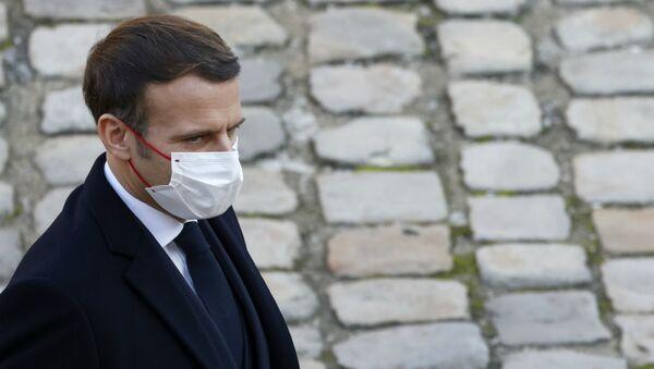 Президент Франции Эммануэль Макрон во время почетной церемонии похорон героя Сопритивления во Второй мировой войне Даниэля Кордье в Отеле инвалидов (26 ноября 2020). Париж - Sputnik Արմենիա