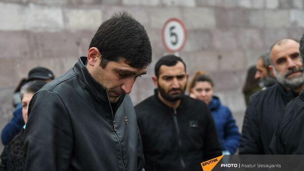 Акция протеста родителей пропавших без вести военнослужащих перед воинской частью (1 декабря 2020). Эчмиадзин - Sputnik Армения