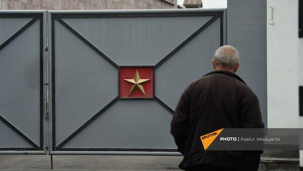 Акция протеста родителей пропавших без вести военнослужащих перед воинской частью (1 декабря 2020). Эчмиадзин - Sputnik Արմենիա