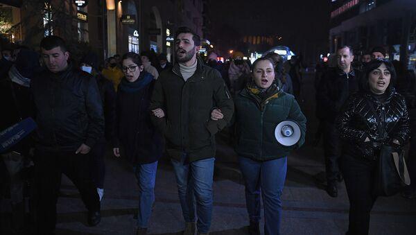 Активисты, требующие отставки премьер-министра и правительства, поют национальные песни на Северном проспекте (1 декабря 2020). Еревaн - Sputnik Армения