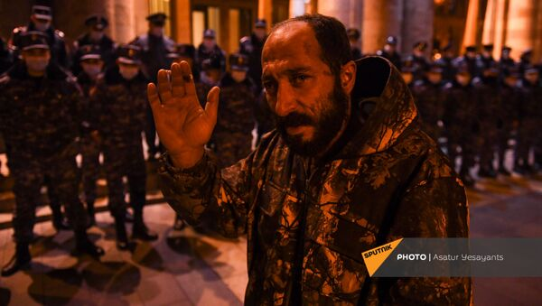 Активисты, требующие отставки премьер-министра и правительства, у Дому правительства (1 декабря 2020). Еревaн - Sputnik Արմենիա