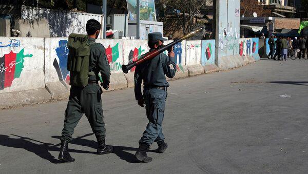 Афганские сотрудники Службы безопасности патрулируют с гранатометом на месте нападения на университет (2 ноября 2020). Кабул - Sputnik Армения