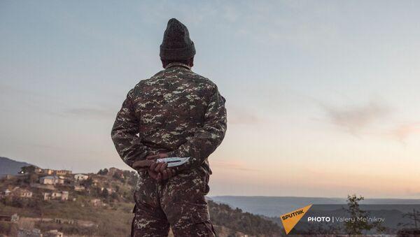 Местный житель на дороге в городе Бердзор (28 ноября 2020). Карабах - Sputnik Армения
