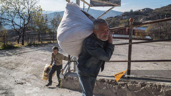 Местные жители покидают свои дома в городе Бердзор (28 ноября 2020). Карабах - Sputnik Արմենիա