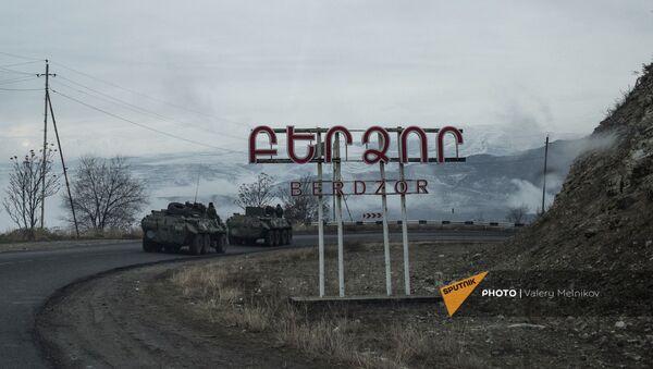 Бронетранспортеры БТР-82А российских миротворческих сил на въезде в город Бердзор (30 ноября 2020). Карабах - Sputnik Արմենիա