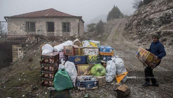 Люди собирают все необходимые вещи перед отъездом из города Бердзор (30 ноября 2020). Карабах - Sputnik Արմենիա