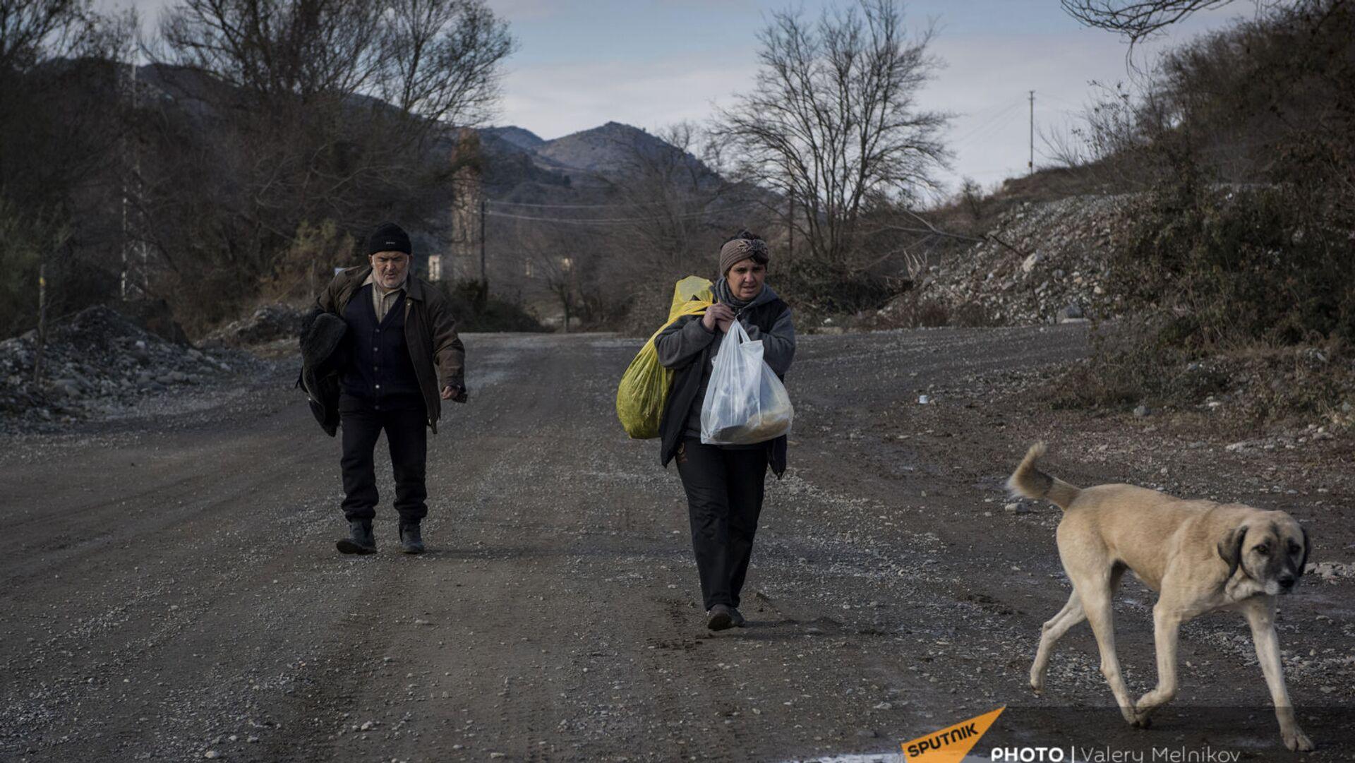 Люди покидают свои дома в городе Бердзор (30 ноября 2020). Карабах - Sputnik Армения, 1920, 22.04.2021