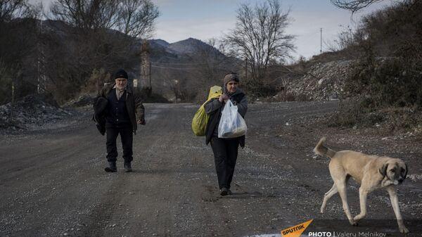 Люди покидают свои дома в городе Бердзор (30 ноября 2020). Карабах - Sputnik Армения