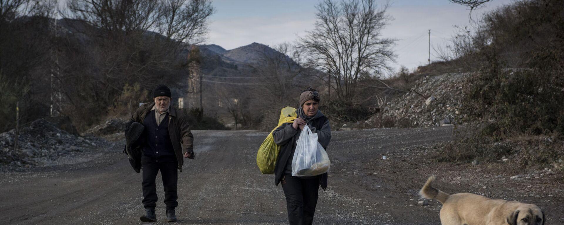 Люди покидают свои дома в городе Бердзор (30 ноября 2020). Карабах - Sputnik Армения, 1920, 02.09.2021