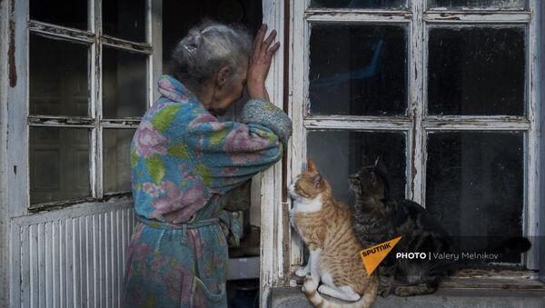 Пожилая женщина возле своего дома в городе Бердзор (30 ноября 2020). Карабах - Sputnik Արմենիա