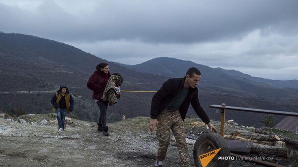 Люди покидают свои дома в городе Бердзор (30 ноября 2020). Карабах - Sputnik Արմենիա