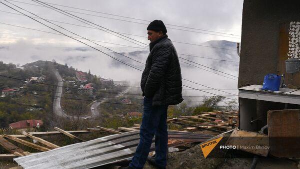 Мужчина возле своего дома на одной из улиц в Бердзоре (30 ноября 2020). Карабах - Sputnik Արմենիա