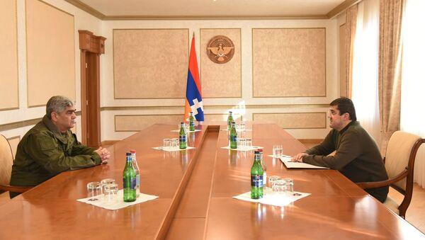 Президент Карабаха Араик Арутюнян и герой Арцаха Виталий Баласанян во время встречи (2 декабря 2020). Степанакерт - Sputnik Армения