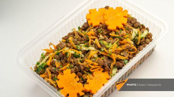 Здоровое питание: салат из бобовых с корейской морковью и зеленью - Sputnik Армения