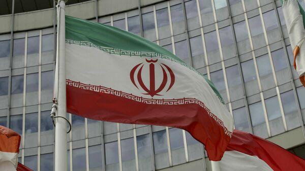 Иранский флаг развевается у здания ООН, в котором находится офис Международного агентства по атомной энергии МАГАТЭ (10 июля 2019). Вена - Sputnik Армения