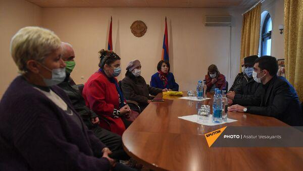 Встреча жителей Шуши с постпредом НКР в Армении (3 декабря 2020). Еревaн - Sputnik Արմենիա