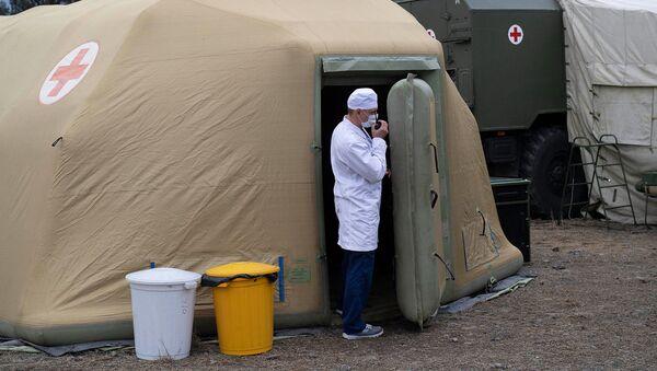 Медицинский работник на территории полевого госпиталя развернутого Министерством обороны России на территории аэропорта в Степанакерте (1 декабря 2020). Карабах - Sputnik Արմենիա