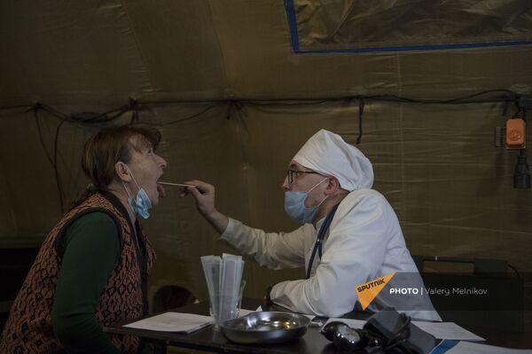 Врач проводит прием пациента на базе госпиталя развернутого Минобороны России на территории аэропорта в Степанакерте (3 декабря 2020). Карабах - Sputnik Армения
