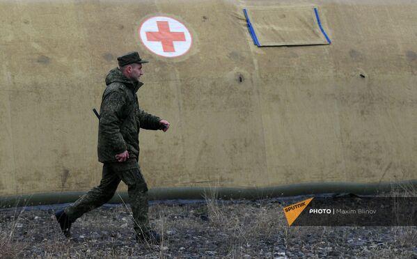 Российский военнослужащий на территории мобильного полевого госпиталя неподалеку от Степанакерта (29 ноября 2020). Карабах - Sputnik Армения