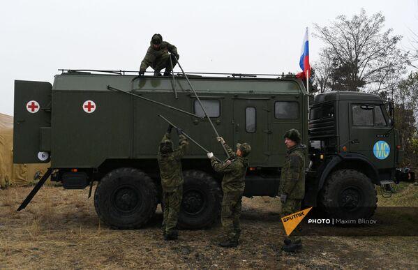 Российские военнослужащие выгружают оборудование на территории мобильного полевого госпиталя неподалеку от Степанакерта (29 ноября 2020). Карабах - Sputnik Армения