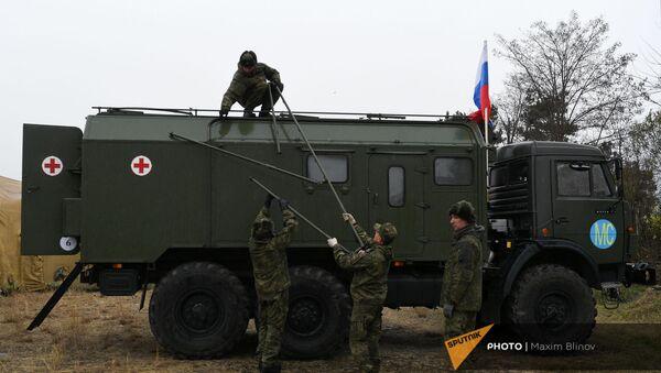 Российские военнослужащие выгружают оборудование на территории мобильного полевого госпиталя неподалеку от Степанакерта (29 ноября 2020). Карабах - Sputnik Արմենիա