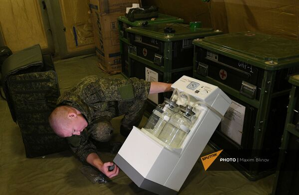 Российский военнослужащий проводит монтаж оборудования на территории мобильного полевого госпиталя неподалеку от Степанакерта (29 ноября 2020). Карабах - Sputnik Армения