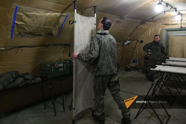 Российские военнослужащие на территории мобильного полевого госпиталя неподалеку от Степанакерта (29 ноября 2020). Карабах - Sputnik Армения