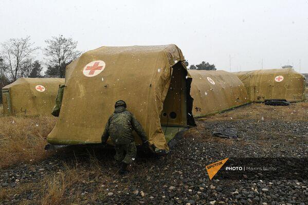 Российские военнослужащие устанавливают каркасный модуль на территории мобильного полевого госпиталя неподалеку от Степанакерта (29 ноября 2020). Карабах - Sputnik Армения