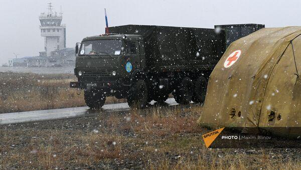 Грузовой автомобиль российского миротворческого контингента на территории мобильного полевого госпиталя неподалеку от Степанакерта (29 ноября 2020). Карабах - Sputnik Արմենիա