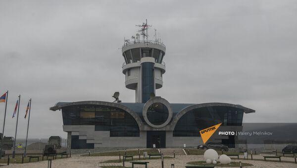 Вид на здание аэропорта в Степанакерте, на территории которого развернут госпиталь Министерства обороны России (3 декабря 2020). Кабарах - Sputnik Армения