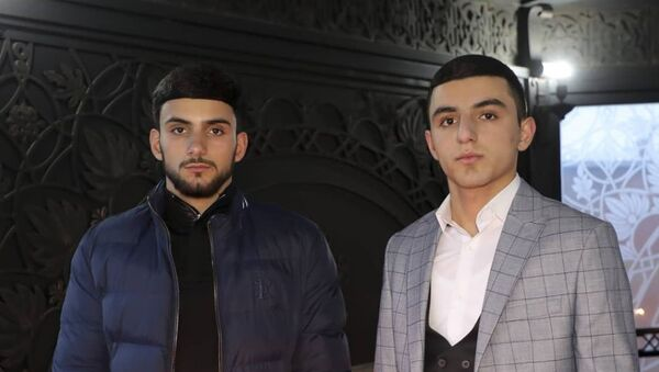 Давид Бадалян (справа) с братом Рубеном - Sputnik Армения