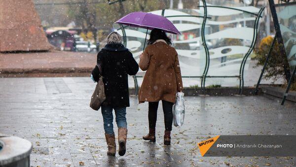 Женщины под снегом - Sputnik Армения