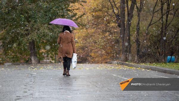 Женщина в парке - Sputnik Армения