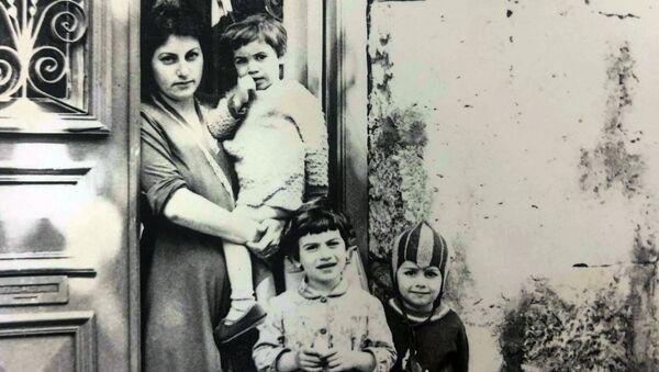 Анна Унупоглян с матерью и сестрами - Sputnik Армения