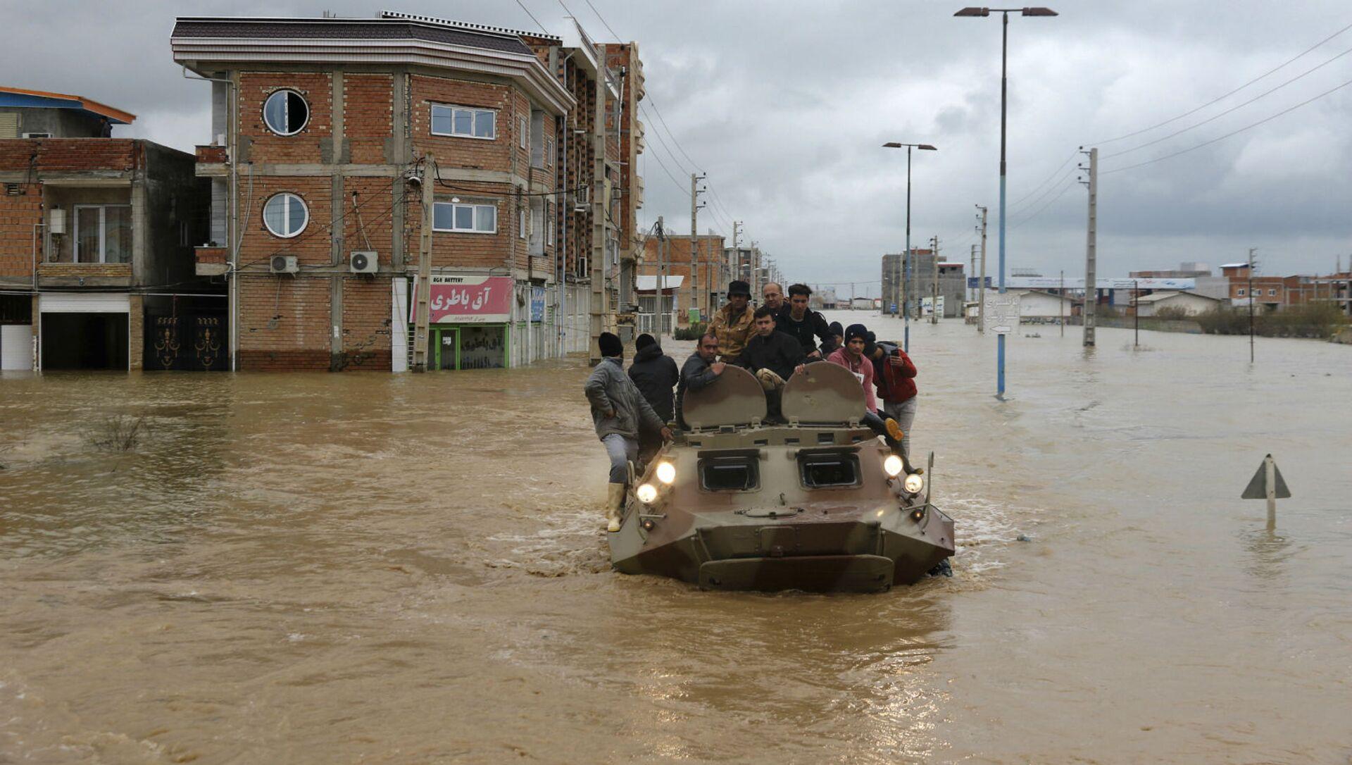 Военные на катерах спасают людей после внезапного наводнения вокруг северного города Ак-Кала в провинции Голестан (25 марта 2019). Иран - Sputnik Արմենիա, 1920, 04.08.2021