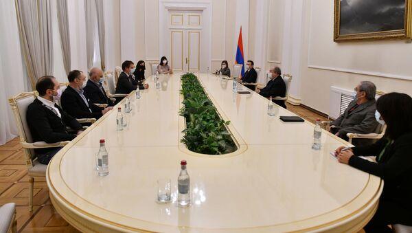 Президент Армен Саркисян встретился с группой врачей, прибывших в Армению с гуманитарной миссией (7 декабря 2020). Еревaн - Sputnik Արմենիա