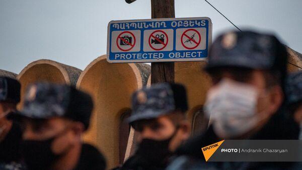 Предупредительная табличка рядом с входом на территорию правительственных дач - Sputnik Արմենիա