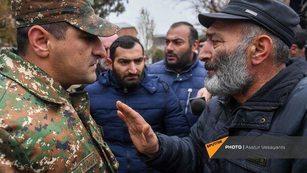 Акция протеста родственников пропавших без вести военнослужащих перед воинской частью (8 декабря 2020). Эчмиадзин - Sputnik Армения