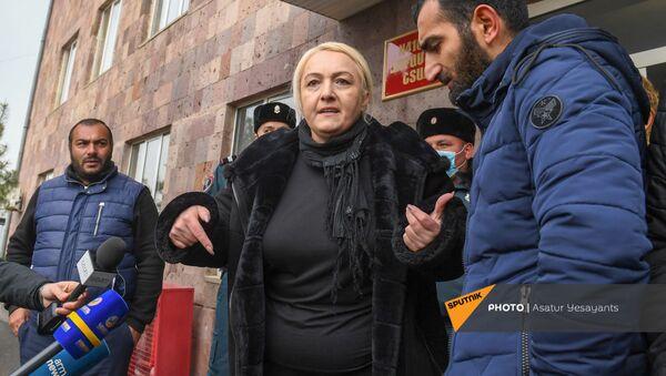 Акция протеста родственников пропавших без вести военнослужащих перед воинской частью (8 декабря 2020). Эчмиадзин - Sputnik Արմենիա