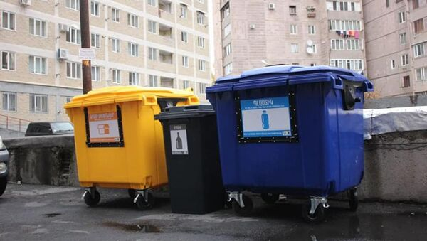 В Ереване устанавливают сортировочные контейнеры для мусора - Sputnik Армения