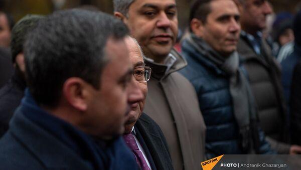 Единый оппозиционный кандидат в премьер-министры Вазген Манукян и представители оппозиционных партий во время шествия с требованием отставки премьер-министра (5 декабря 2020). Еревaн - Sputnik Արմենիա