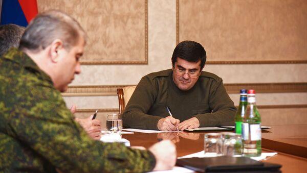 Президент Карабаха Араик Арутюнян провел рабочее совещание с участием руководителей силовых структур и секретарем Совета безопасности (8 декабря 2020). Степанакерт - Sputnik Армения