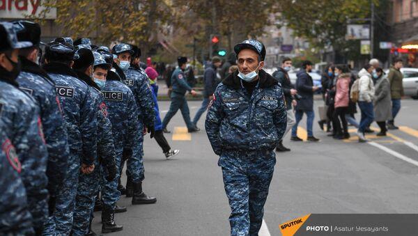 Полиция задерживает активистов, перекрывших движение центральных улиц столицы (8 декабря 2020). Еревaн - Sputnik Армения