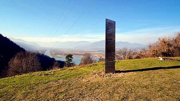 Металлическая конструкция торчит из земли на холме Батка-Доамней, недалеко от Пятра-Нямта (27 ноября 2020). Румыния - Sputnik Արմենիա